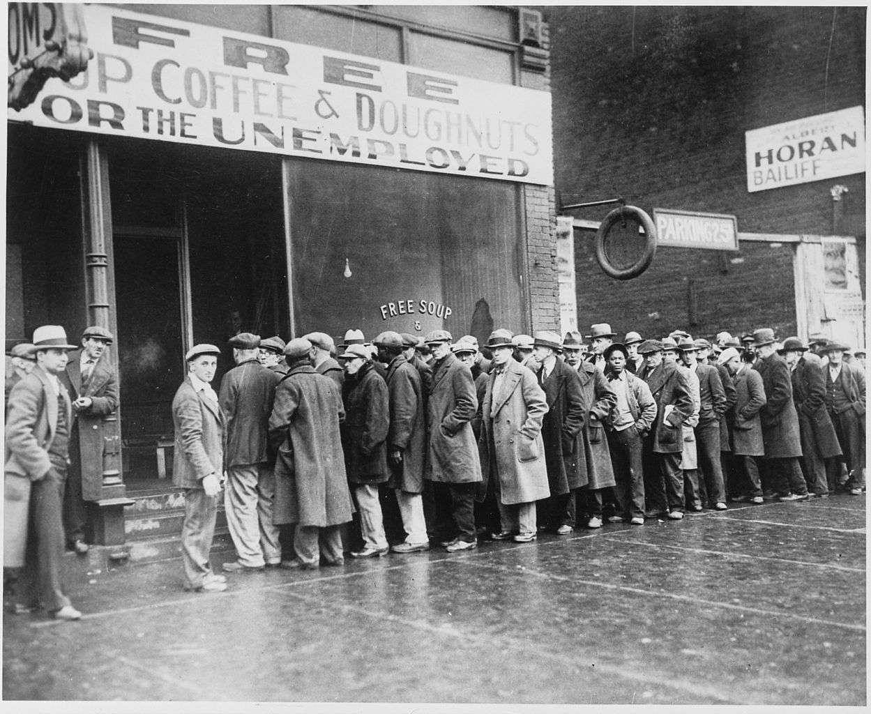 Στα 1890 οι Η.Π.Α. θεσπίζουν τον πρώτο περιοριστικό των Τραστ νόμο ενώ σε άλλες ευρωπαϊκές χώρες καθιερώνονται αντίστοιχοι νόμοι περί ανταγωνισμού. Στα 1898 μάλιστα εγκαινιάζεται η περίοδος του trust-busting στις Η.Π.Α. σε μια προσπάθεια να απελευθερωθεί η αγορά από τον εναγκαλισμό των υπερ-εταιρειών.