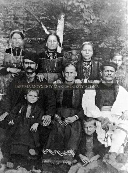 Αναμνηστική φωτογραφία της οικογένειας Τριανταφύλλου από τον Κοκκινοπλό Ελασσόνας, την περίοδο μεταξύ 1910-1920. Στα τέλη του 19ου αιώνα και στις αρχές του 20ου η επαρχία Ελασσόνας δέχτηκε βλάχικους πληθυσμούς, που κατέβηκαν από τα ορεινά βλαχοχώρια του Ολύμπου.