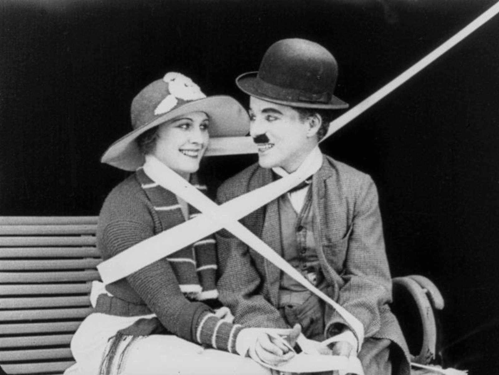 """Ο Σερ Τσαρλς Σπένσερ Τσάπλιν ο νεότερος (Charles Spencer Chaplin Jr, 16 Απριλίου 1889 - 25 Δεκεμβρίου 1977), γνωστότερος με το υποκοριστικό Τσάρλι και, στην Ελλάδα κυρίως, με το προσωνύμιο """"Σαρλό"""", υπήρξε Άγγλος ηθοποιός και σκηνοθέτης, που μεγαλούργησε στις πρώτες δεκαετίες του Χόλυγουντ."""