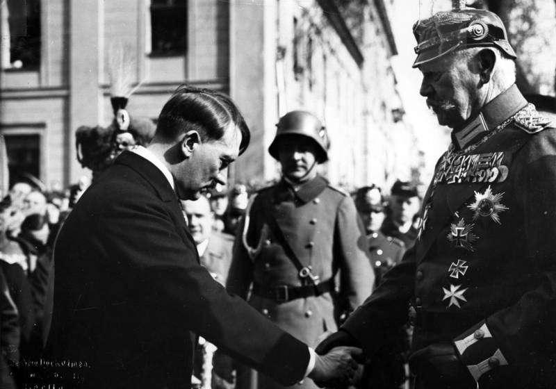 Στις 30 Ιανουαρίου 1933 ο Χίντενμπουργκ ανέθεσε στον Χίτλερ την καγκελαρία του Ράιχ, υπογράφοντας την πράξη θανάτου της δημοκρατίας και την επικράτηση των απολυταρχικών και εθνικιστικών δυνάμεων. Ήδη από το 1923 Βαυαροί στασιαστές, μεταξύ των οποίων ο Αδόλφος Χίτλερ, είχαν συλληφθεί έπειτα από την αποτυχία του Πραξικοπήματος του Μονάχου για την ανατροπή της Δημοκρατίας της Βαϊμάρης.