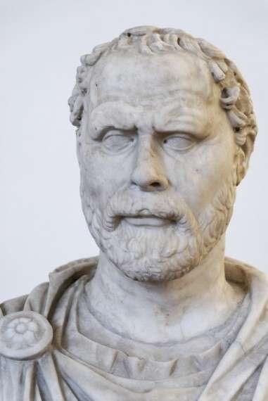 Ο Δημοσθένης ήταν ρήτορας δημαγωγός που αναδείχθηκε πολιτικός και στρατηγός της αρχαίας Αθήνας.