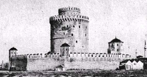 Ο Λευκός Πύργος της Θεσσαλονίκης το 1912. Ο τοίχος που τον περιέβαλλε κατεδαφίστηκε το 1917.