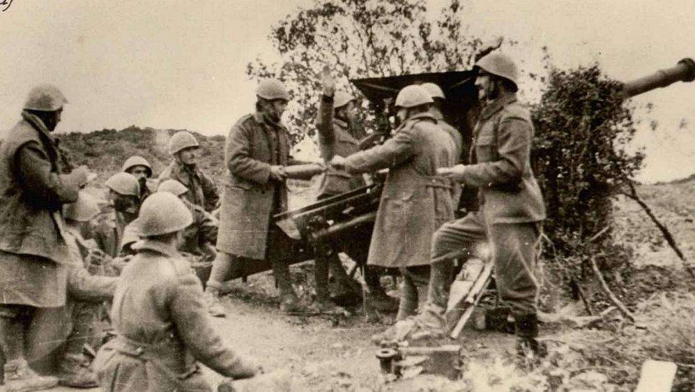 Πυροβολικό του Ελληνικού Στρατού βάλλει κατά του υψώματος Ιβάν, κοντά στην Κορυτσά.