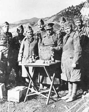 Έλληνες στρατιώτες στο Αλβανικό μέτωπο γιορτάζουν την Πρωτοχρονιά του 1941