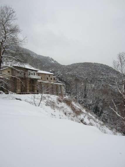 Η Ιερά Μονή Τιμίου Προδρόμου Βέροιας βρίσκεται στους πρόποδες των Πιερίων δίπλα στον ποταμό Αλιάκμονα και 20 χιλιόμετρα απο την πόλη της Βέροιας.