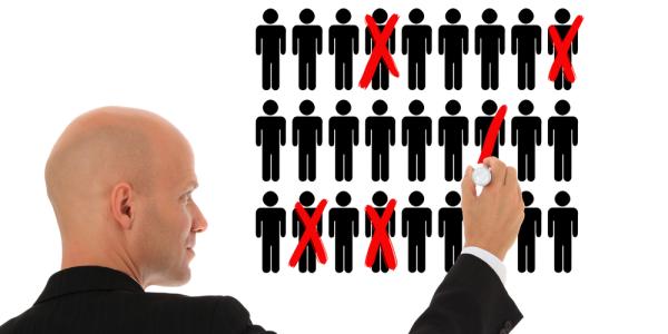 Η ρύθμιση για την αυτοδίκαιη αργία επηρεάζει αποκλειστικά και μόνο υπαλλήλους που είτε έχουν παραπεμφθεί αμετάκλητα στο αρμόδιο δικαστήριο για κακουργήματα και σοβαρά πλημμελήματα, είτε έχουν παραπεμφθεί στο πειθαρχικό συμβούλιο (προφανώς μετά διερεύνηση και αξιολόγηση της καταγγελίας) για σοβαρότατα πειθαρχικά παραπτώματα.