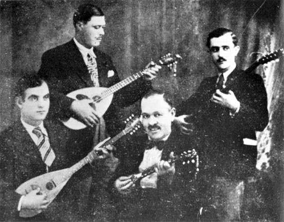 «Η Τετράς, η ξακουστή του Πειραιώς» το πρώτο επαγγελματικό συγκρότημα «μπουζουκομπαγλαμάδων»