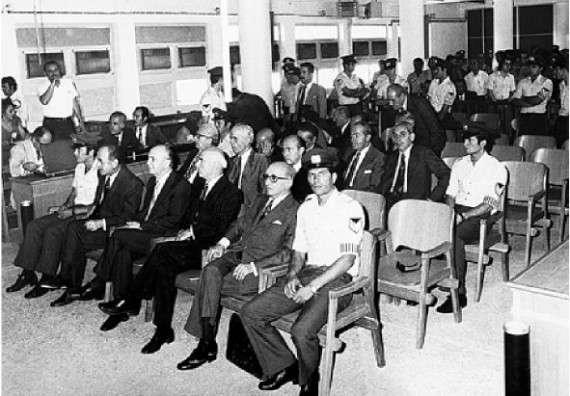 Η δίκη των χουντικών. Εμπρός (από αριστερά): Παπαδόπουλος, Μακαρέζος, Παττακός. Ο Ιωαννίδης είναι στη δεύτερη σειρά, ακριβώς πίσω από τον Παττακό.