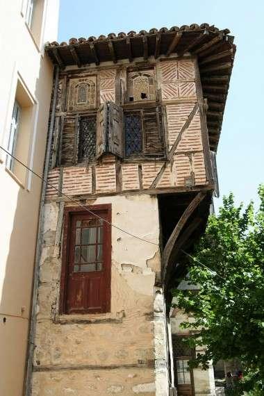 Τα περίφημα αρχοντικά της Σιάτιστας είναι έργα μιας μεγάλης αρχιτεκτονικής που αποτελεί συνέχεια της βυζαντινής. Χτίστηκαν από μαστόρους της περιοχής χάρη στις δυνατότητες των εμπόρων μεταπρατών, που δραστηριοποιήθηκαν επί το πλείστον στις παραδουνάβιες χώρες της Ευρώπης.