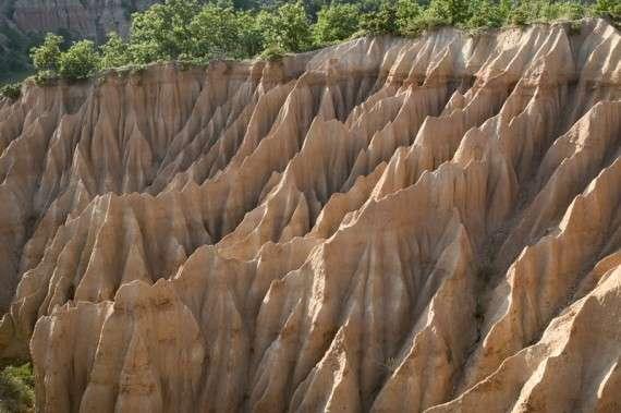 Εντυπωσιακό γεωλογικό φαινόμενο γνωστό στους ντόπιους ως Νοχτάρια. Κατά το μεγαλύτερο τμήμα τους ανήκουν γεωγραφικά στην κοινότητα Λιβαδερού. Σχεδιάζεται η αξιοποίηση τους σε συνεργάσία με την κοινότητα Μικροβάλτου.