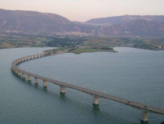 Γέφυρα στην τεχνητή λίμνη του Αλιάκμονα. Η λίμνη Πολυφύτου είναι τεχνητή λίμνη του ποταμού Αλιάκμονα, στο νομό Κοζάνης. Σχηματίστηκε το 1973, μετά την κατασκευή του ομώνυμου φράγματος (Πολυφύτου) στον ποταμό και καλύπτει έκταση 74 τετραγωνικών χιλιομέτρων. Η λίμνη αποτελεί ιδιοκτησία της ΔΕΗ.