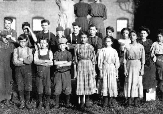 Εργάτες σε εργοστάσιο, πριν την έναρξη της βάρδιας. μεταξύ τους και παιδιά. Μασαχουσέτη, 1911