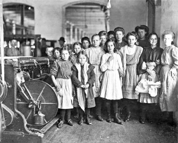 Newberry, South Carolina, 1908. Εργάτριες σε εργοστάσιο, μεταξύ τους και μικρά κορίτσια