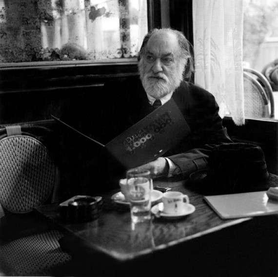 """Ο Ηλίας Πετρόπουλος γεννήθηκε στην Αθήνα το 1928, σπούδασε νομικά στο Πανεπιστήμιο της Θεσσαλονίκης και τουρκολογία στο Παρίσι όπου και εγκαταστάθηκε το 1975. Πνεύμα ανήσυχο και ερευνητικό, πολέμιος των ακαδημαϊκών και του κατεστημένου, ο Πετρόπουλος ήταν ο πρώτος λαογράφος στην Ελλάδα που ασχολήθηκε με το """"περιθώριο"""" και κατέγραψε πρόσωπα και πράγματα περιφρονημένα από την επίσημη ιστορία της χώρας του."""