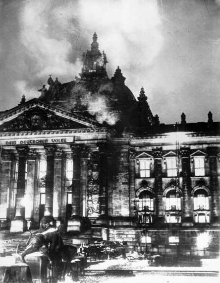 """Στις 27 Φεβρουαρίου 1933 πραγματοποιείται ο περίφημος """"Εμπρησμός του Ράιχσταγκ"""" από πράκτορες του NSDAP. Σύμφωνα με την κατάθεση του Χανς Γκισέβιους (Hans Gisevius), αξιωματούχου του Πρωσσικού Υπουργείου Εσωτερικών, στη Δίκη της Νυρεμβέργης, """"...η ιδέα του εμπρησμού του Ράιχσταγκ ανήκε στον Γιόζεφ Γκαίμπελς..."""