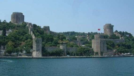 ο Νικολό Μπάρμπαρο περιγράφει την κατασκευή του Ρουμελί Χισάρ από τον Μωάμεθ Β΄ μεταξύ Μαρτίου και Αυγούστου 1452 και την εκτίμησή του ότι «ο μόνος λόγος που κατασκευάστηκε το φρούριο αυτό ήταν για να κυριευτεί η Κωνσταντινούπολη»