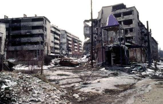 Κατεστραμμένα κτίρια στην περιοχή Γκρμπάβιτσα τού Σαράγεβο