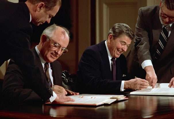 Γκορμπατσόφ και Ρέιγκαν υπογράφουν συμφωνία μείωσης των πυρηνικών.