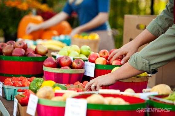 Προτιμάμε να αγοράζουμε προϊόντα από παραγωγούς: μπορούμε να έρθουμε σε επαφή με τον παραγωγό ο οποίος καλλιέργησε την τροφή μας και να κάνουμε ερωτήσεις για τον τρόπο με τον οποίο καλλιεργήθηκε το εκάστοτε προϊόν.