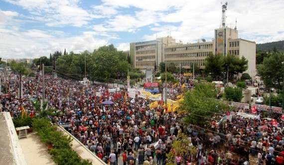 Χιλιάδες πολίτες συγκεντρώθηκαν έξω από το κτίριο της ΕΡΤ στην Αγία Παρασκευή στο πλαίσιο της γενικής απεργίας που κήρυξαν την Πέμπτη η ΓΣΕΕ και η ΑΔΕΔΥ για το αιφνιδιαστικό κλείσιμο της δημόσιας ραδιοτηλεόρασης.