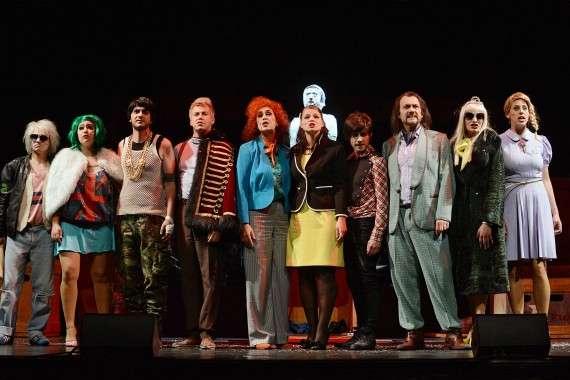 Η προσαρμογή της Όπερας των ζητιάνων του Τζον Γκέι με το όνομα Η Όπερα της Πεντάρας (Die Dreigroschenoper, 1928) σε στίχους του Μπέρτολτ Μπρεχτ και μουσική Κουρτ Βάιλ προκάλεσε αίσθηση στο Βερολίνο και ο αντίκτυπος του επηρέασε την παγκόσμια σκηνή Μιούζικαλ. Στην όπερα αυτή, ο Μπρεχτ στηλίτευε την καθώς πρέπει βερολινέζικη αστική τάξη που πρόσαπτε στο προλεταριάτο έλλειψη ηθικής.