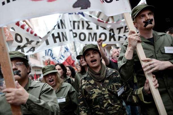 Εκπαιδευτικοί διαδηλώνουν κατά της επιστράτευσής τους στις πρόσφατες κινητοποιήσεις του κλάδου