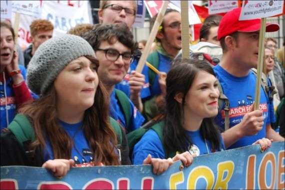 Είκοσι εκατομμύρια νέοι έως 24 ετών, με τα πτυχία και τα πιστοποιητικά υπό μάλης, περιφερόμενοι άπρακτοι και χωρίς ένα ελάχιστο σχέδιο για το μέλλον είναι ένα επικίνδυνο κοινωνικό και πολιτικό φορτίο για τις ευρωπαϊκές ηγεσίες.