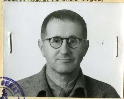 """Ο Μπέρτολτ Μπρεχτ (γενν. ως Eugen Berthold Friedrich Brecht, 10 Φεβρουαρίου 1898 - 14 Αυγούστου 1956) ήταν Γερμανός δραματουργός, σκηνοθέτης και ποιητής του 20ού αιώνα. Θεωρείται ο πατέρας του """"επικού θεάτρου"""" (Episches Theater) στη Γερμανία."""