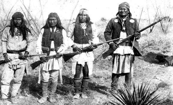 Ο Apache αρχηγός Geronimo (δεξιά) απεικονίζεται με μια μικρή ομάδα οπαδών του στο βόρειο Μεξικό, 1886