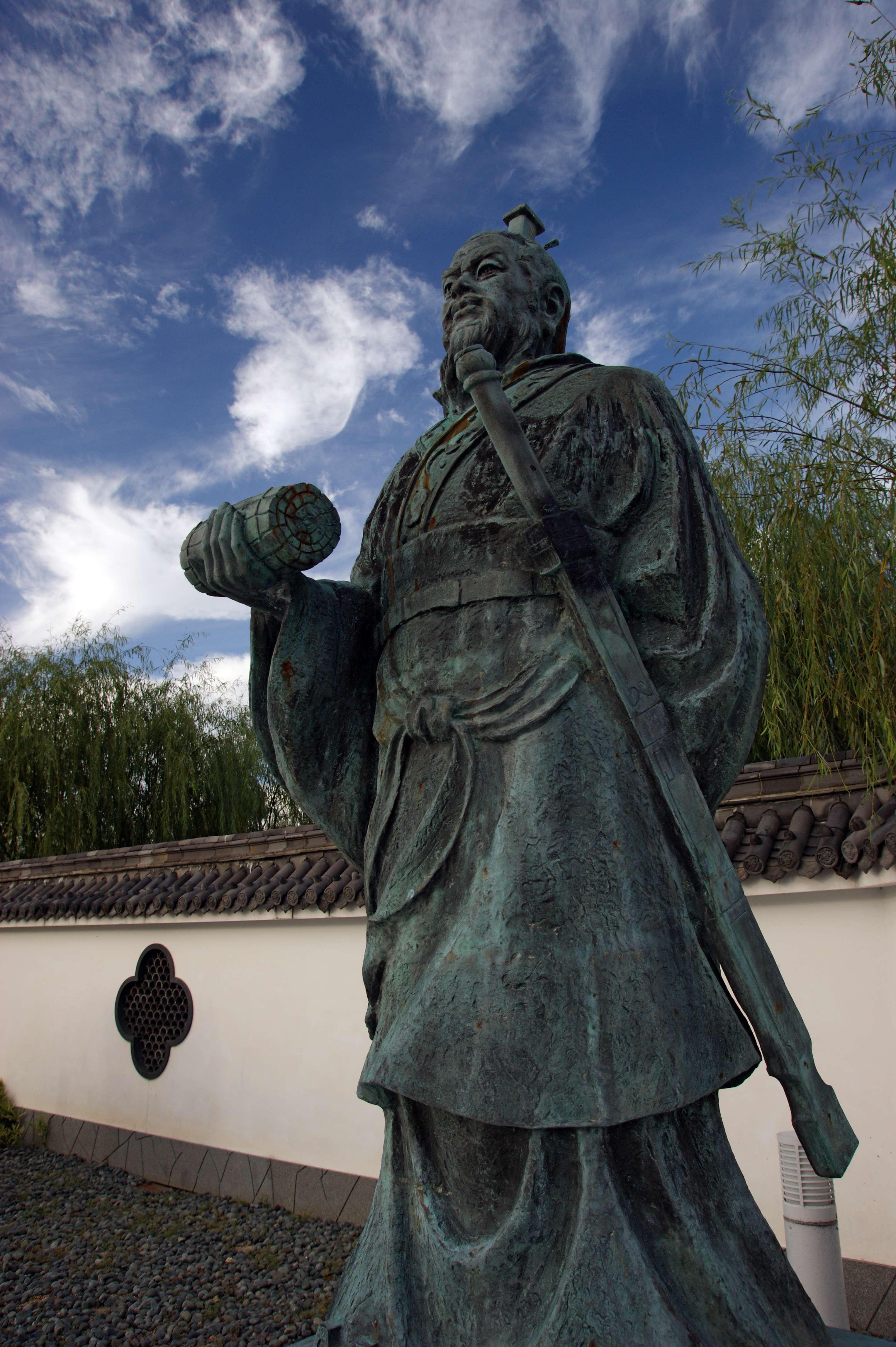 """Σουν Τσου (κινέζικα: 孫子, πινγίν: Σουν Ζι) (""""Αφέντης Σουν"""") είναι ένας τιμητικός τίτλος που παραχωρήθηκε στον Σουν Βου (544 π.Χ. - 496 π.Χ.), τον συγγραφέα της Τέχνης του Πολέμου, ενός αρχαίου κινεζικού βιβλίου στρατιωτικής στρατηγικής με τεράστια επιρροή."""