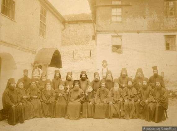 Ο πατριαρχικός έξαρχος μητροπολίτης Κασσανδρείας Ειρηναίος με την Ιερά Κοινότητα κατά τη σύνταξη των Γενικών Κανονισμών του Αγίου Όρους (30 Σεπτεμβρίου 1910) (Φωτογραφία: Προκόπιος ιεροδιάκονος)