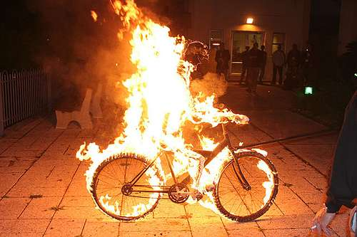 Καιόμενος πάνω σε ποδήλατο