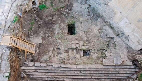 """Τον ναό της Αφροδίτης στην σημερινή πλατεία Αντιγονιδών Θεσσαλονίκης, ένα εξαιρετικά ενδιαφέρον μνημείο του έκτου π.Χ. αιώνα, προσπαθούν οι αρμόδιοι της κεντρικής εξουσίας να """"καταχώσουν"""" κάτω από τα θεμέλια μιας υπό ανέγερση πολυκατοικίας!"""