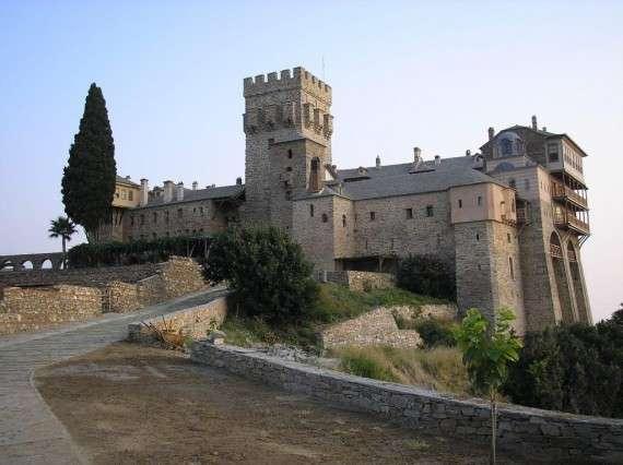 Η Μονή Σταυρονικήτα είναι 15η στην τάξη των Αγιορείτικων μονών. Είναι ελληνική, κοινοβιακή από το 1968 και εορτάζει στις 6 Δεκεμβρίου του Αγίου Νικολάου.