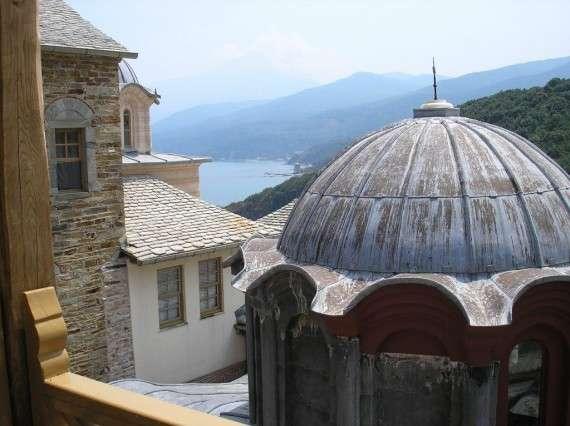 Η Μονή Σταυρονικήτα βρίσκεται στη βόρεια πλευρά της χερσονήσου. Διακρίνονται το καθολικό της Μονής, η κορυφή του όρους Άθως και ο αρσανάς της Μονής Ιβήρων
