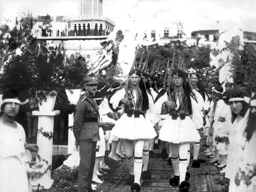 Έλληνες εύζωνοι παρελαύνουν στη Σμύρνη.