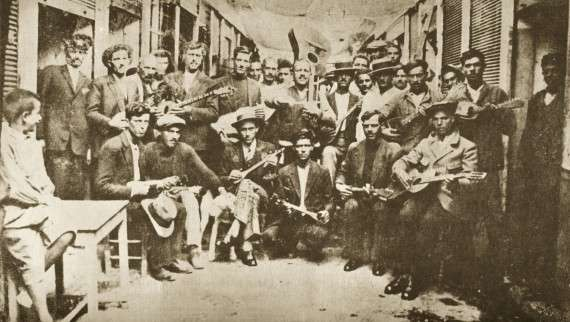 Ρεμπέτες στον Πειραιά (1933). Αριστερά Μάρκος Βαμβακάρης με μπουζούκι, στη μέση ο Γιώργος Μπάτης με την κιθάρα.