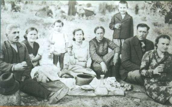Από αριστερά: ένας φίλος του Μάρκου, η αδελφή του Γράτσια με το παιδί της, η αδελφή του Ρόζα, η μητέρα τους Ελπίδα. Το όρθιο παιδί πίσω είναι ο Αργύρης, αδελφός του Μάρκου. Δεύτερος από δεξιά ο Μάρκος σε ηλικία περίπου 40 ετών, και τελευταία δεξιά μια φίλη του.