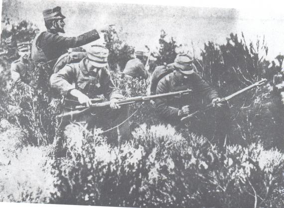 Το Σαραντάπορο απ' όπου περνούσε ο δημόσιος δρόμος Ελασσόνας - Σερβίων, είχαν οργανώσει αμυντικά Γερμανοί αξιωματικοί, οργανωτές του τούρκικου στρατού και θεωρούνταν απόρθητο