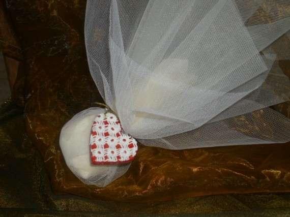 Χειροποίητη μπομπονιέρα γάμου,με χειροποίητη ξύλινη διακοσμητική καρδούλα ,ντυμένη με δαντέλα.
