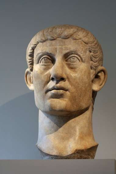 Colossal head of Constantine, from a seated statue: a youthful, classicising, other-worldly official image (Metropolitan Museum of Art)