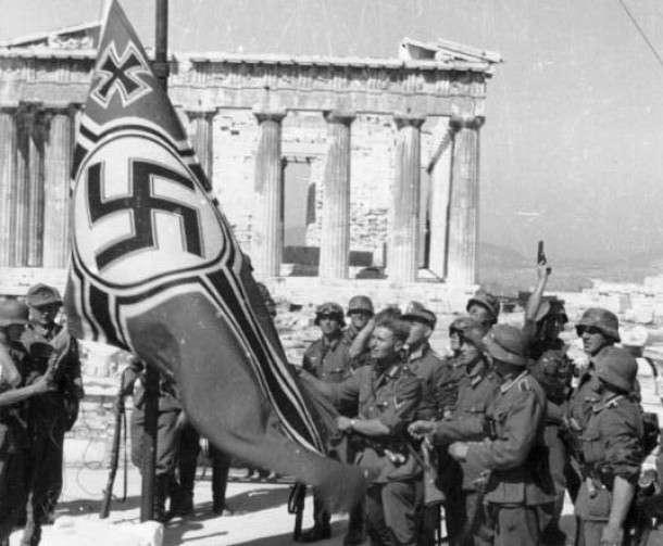 Γερμανοί στρατιώτες υψώνουν στην Ακρόπολη των Αθηνών τη σημαία της ναζιστικής Γερμανίας