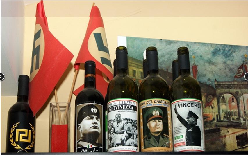 Με... μουσείο ναζισμού και φασισμού είχε μετατρέψει το σπίτι του στα Ιωάννινα ο υπαρχηγός της Χρυσής Αυγής. Ο Χ. Παππάς εκτός από όπλα είχε στο σπίτι εικόνες και βιβλία για τον Μουσολίνι και τον Χίτλερ, κράνη των SS, σημαίες με τη σβάστικα, ακόμη και μπουκάλια κρασιού με τη μορφή του Μουσολίνι στην ετικέτα Το νούμερο δύο της Χρυσής Αυγής φαίνεται βαθιά εμποτισμένος με τα ιδεώδη της φασιστικής και ναζιστικής ιδεολογίας, αφού το σπίτι του κοσμούσαν αντικείμενα που το προδίδουν.