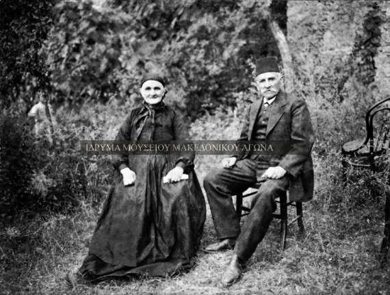 Αναμνηστική φωτογραφία του ζεύγους Πέτρη Μπαδραλέξη και Μαρίας Χατζησούλτα στη Βέροια, το 1905. Οι σημερινοί βλάχικοι πληθυσμοί στην περιοχή της Βέροιας είναι αποτέλεσμα μαζικών πληθυσμιακών μετακινήσεων που σημειώθηκαν κατά τη διάρκεια του 19ου αιώνα.