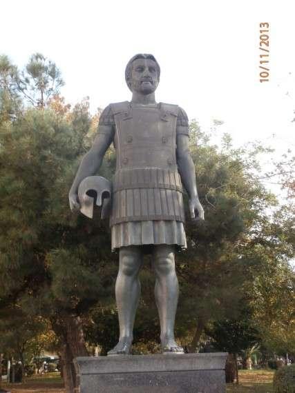 Ο Φίλιππος της Μακεδονίας ή Φίλιππος Β΄ o Μακεδών, ήταν ο βασιλιάς που έκανε τη Μακεδονία ισχυρό κράτος, ένωσε υπό την ηγεμονία του τα υπόλοιπα ελληνικά κράτη και προετοίμασε στην ουσία την κατάκτηση της Περσίας και του μεγαλύτερου μέρους του τότε γνωστού κόσμου από τον γιό του Μέγα Αλέξανδρο. Αδριάντας απέναντι από το Λευκό Πύργο της Θεσσαλονίκης. Φωτο: Ερανιστής