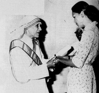 """Η Μητέρα Τερέζα με την Michele Duvalier, σύζυγο του αδίσταχτου δικτάτορα """"Baby Doc""""."""
