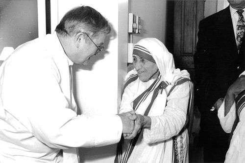 Η Μητέρα Τερέζα με τον Donald McGuire, έναν καταδικασμένο ιερέα για παιδική κακοποίηση.