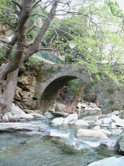 Παραδοσιακό πέτρινο γεφύρι, στον Πολύγυρο