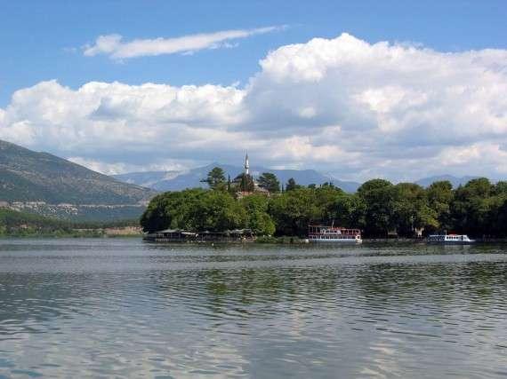 Η λίμνη των Ιωαννίνων και στο βάθος το σεράι του Αλή