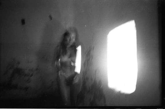 Δουλειά του Νίκου Βαρδακαστάνη πάνω σε παλιά και ημικατεστραμμένα φιλμ, στην οποία ο φωτογράφος αξιοποιεί την ακαθοριστία των ειδώλων